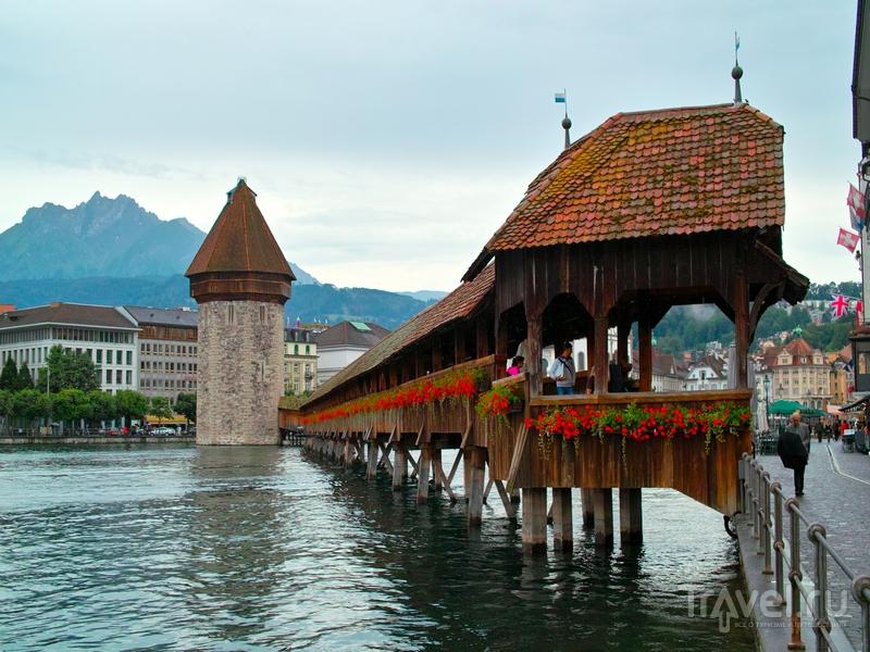 Деревянный мост Капельбрюкке и башня Вассертурм в Люцерне / Швейцария
