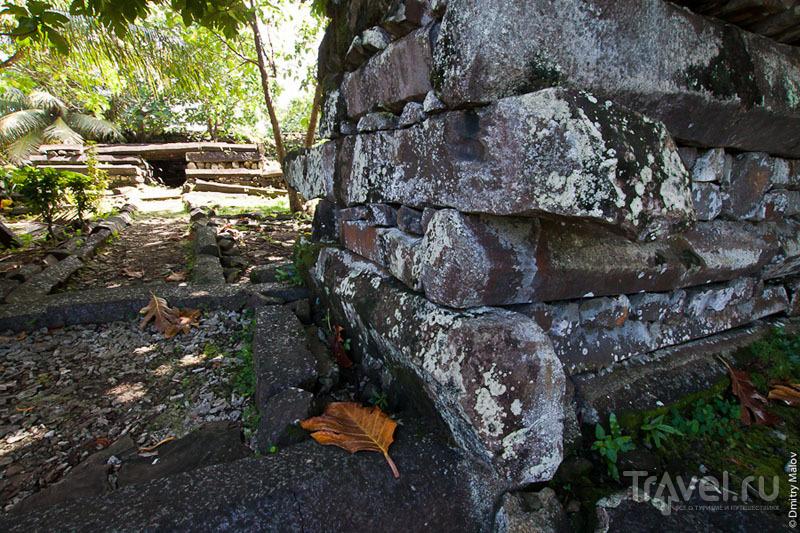 У мавзолея в каменном городе, Микронезия / Фото из Микронезии