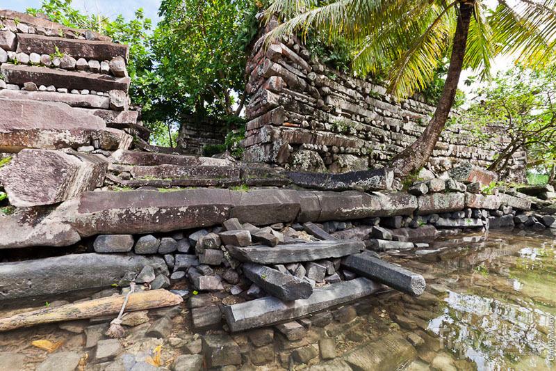 Вход в крепость на острове Нан-Дувас, Микронезия / Фото из Микронезии