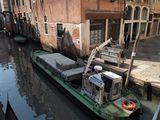 Баржа-мусоровоз / Италия