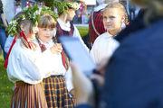 Латышские девушки в народных костюмах / Латвия