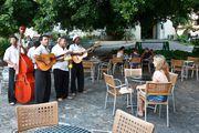 Музыканты в кафе / Куба