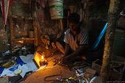 Работает при свете лампады / Бангладеш