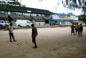 Люди играют в петанг / Вануату