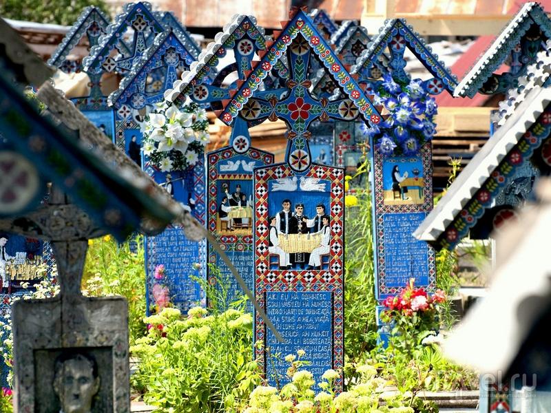 Веселое кладбище в румынском селе Сепынца / Румыния