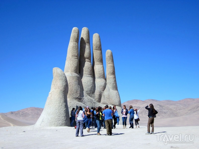 Туристы у гигантской руки в чилийской пустыне Атакама / Чили
