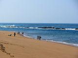 Местные жители на пляже / Мозамбик