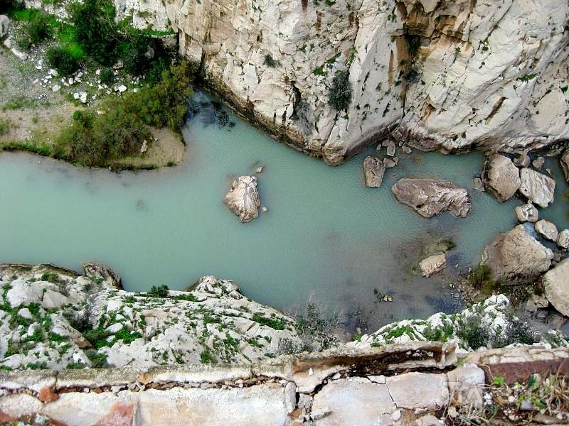 Вид на реку Guadalhorce с Королевской тропы в Андалусии / Испания