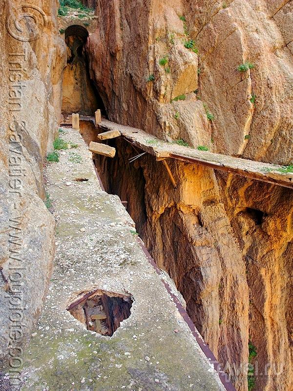 Полуразрушенные бетонные плиты на тропе Сaminito del Rey, Андалусия / Испания