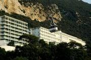 Фуникулер на фоне Гибралтарской скалы / Гибралтар (Брит.)