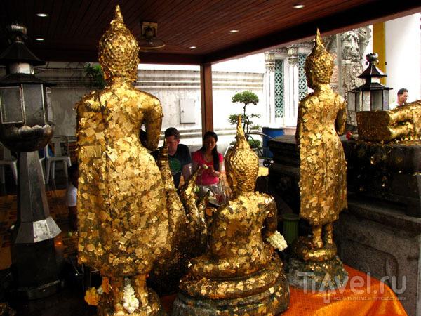 Статуи у храма Лежащего Будды в Бангкоке, Таиланд / Фото из Таиланда