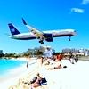 Пляж под крылом самолета на Карибах