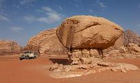 Скала грибовидной формы / Иордания