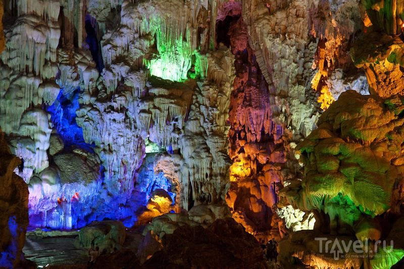 Пещера на одном из островов / Вьетнам