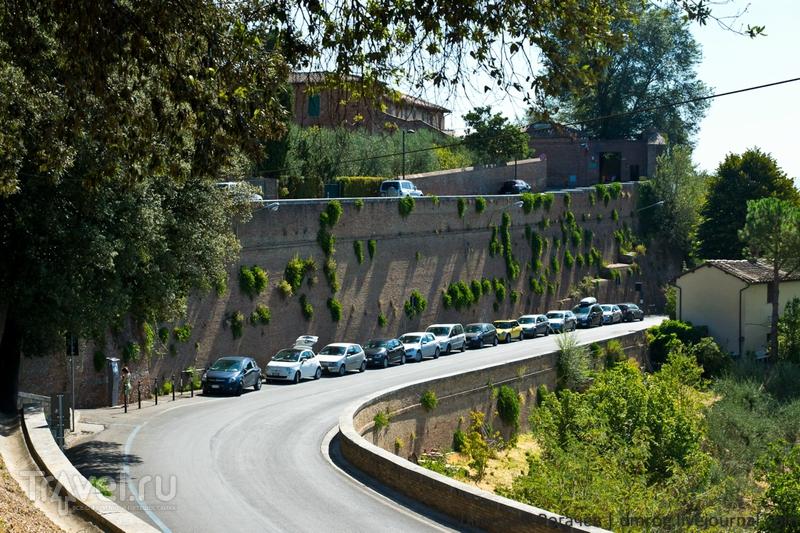 Стена в исторической части Сиены / Италия