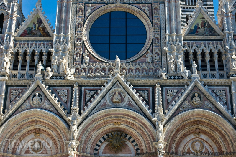 Изображения на фасаде собора / Италия