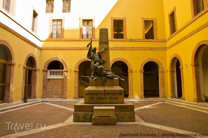 Памятник во дворе / Италия