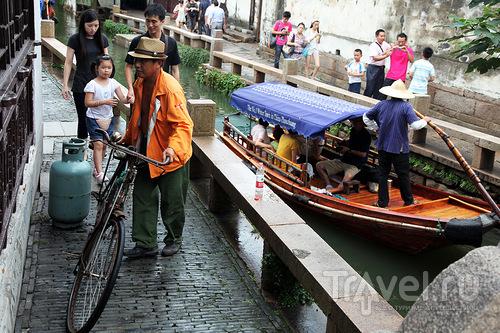 Велосипед на тротуаре / Китай
