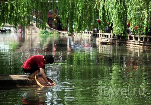 В канале моют посуду / Китай