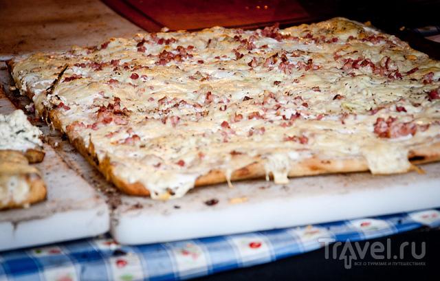 Кусок langallo с салями / Венгрия