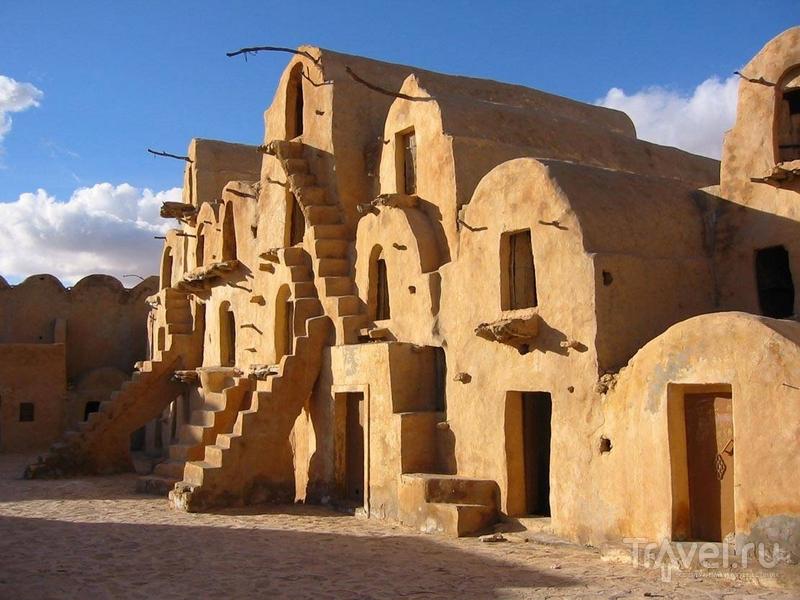 Глинобитные строения со множеством ниш в Татауине, Тунис   / Тунис