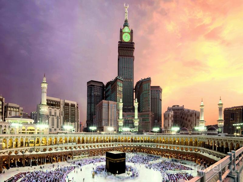 Вид на Makkah Clock Royal Tower и мечеть Масджид аль-Харам во время хаджа / Саудовская Аравия