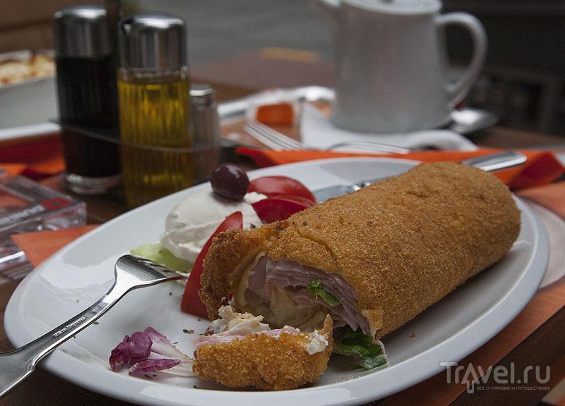 Блин с сыром и ветчиной в кафе Белграда, Сербия / Фото из Черногории