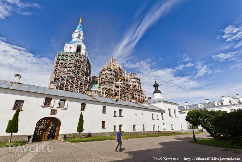 Купола в строительных лесах / Россия