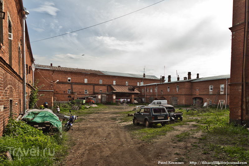 Во дворе многоквартирного дома / Россия