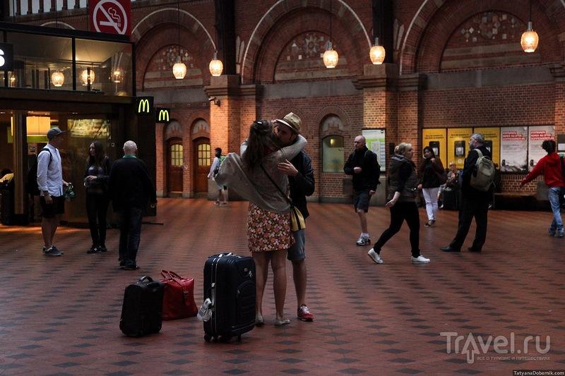 Внутри здания вокзала / Дания