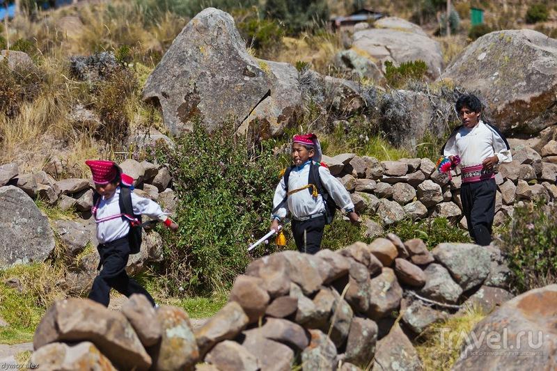 Школьники с конфетами / Перу
