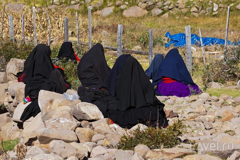 Женщины сидят спиной / Перу