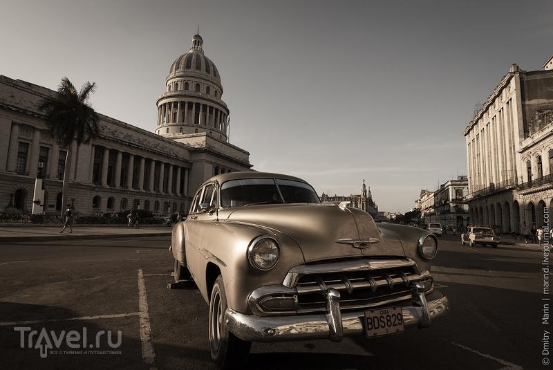 Автомобиль на площади перед Капитолием / Куба