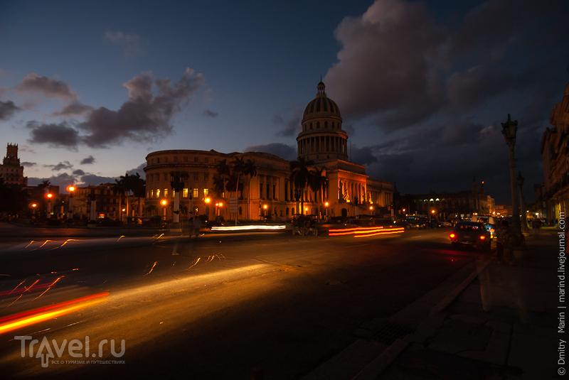 Площадь перед Капитолием ночью / Куба