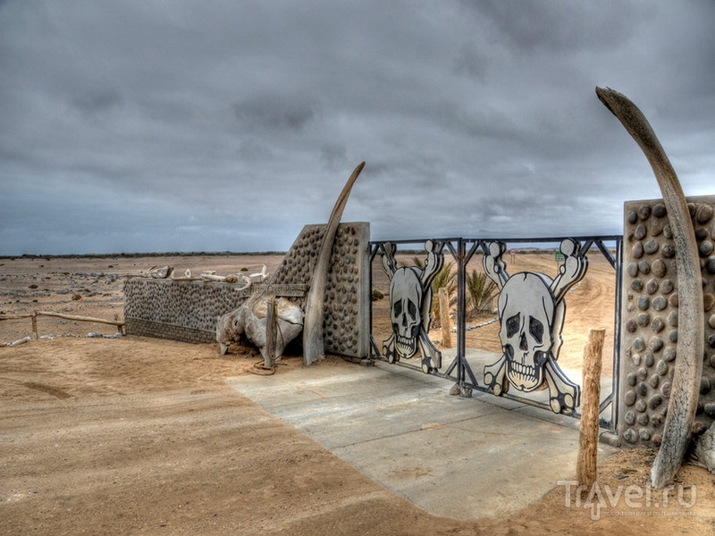 """Ворота Springbokwasser  на въезде в национальный парк """"Берег Скелетов"""" / Намибия"""