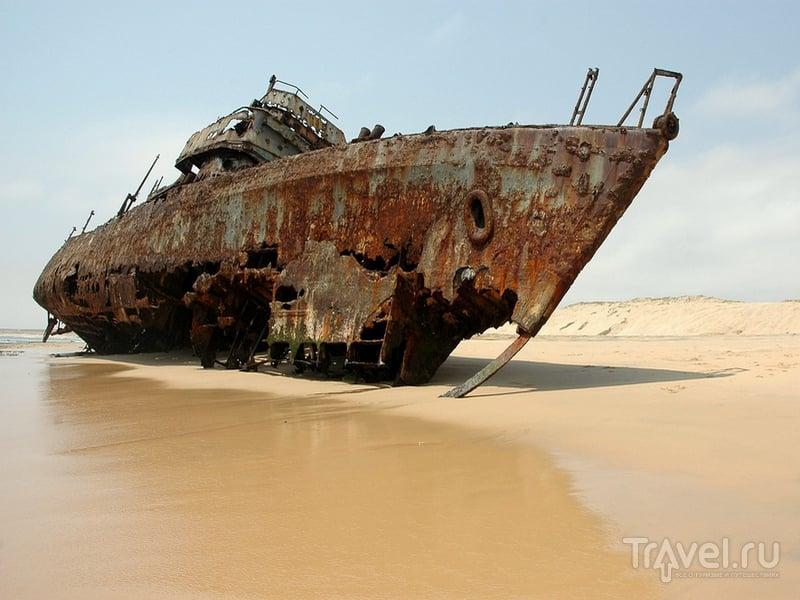 Покрывшееся ржавчиной судно у берегов Намибии / Намибия