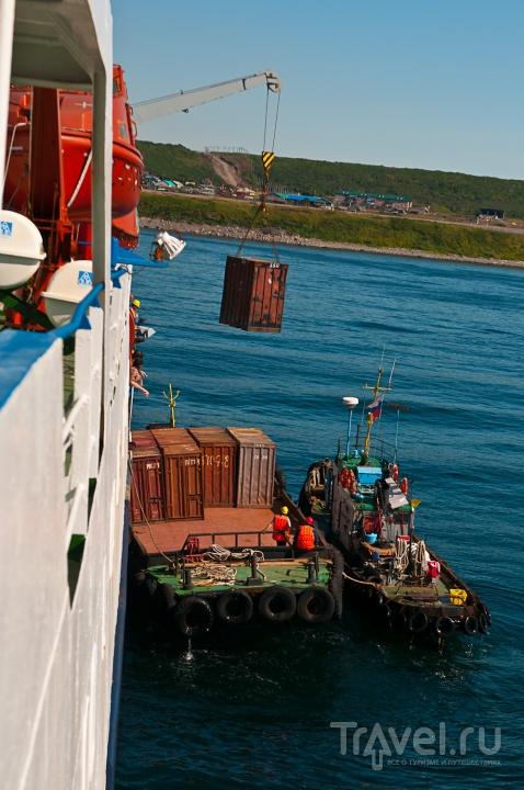 Разгрузка с теплохода контейнеров / Россия