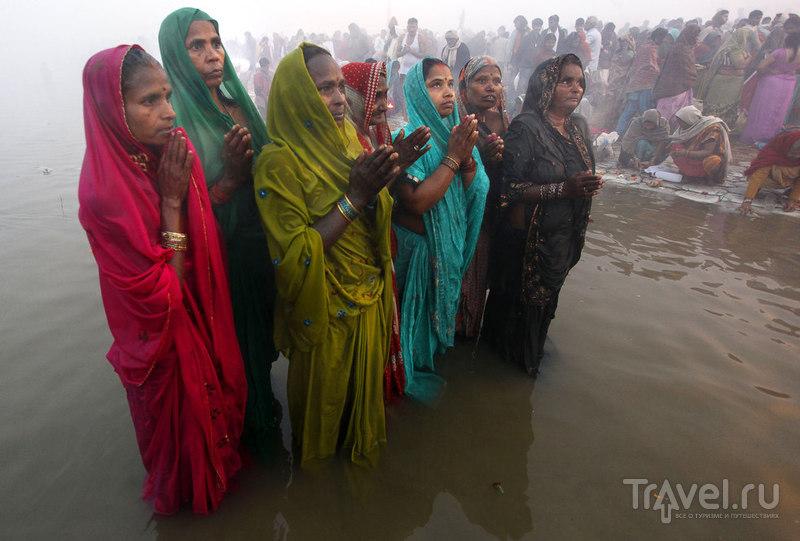 Индийские женщины молятся / Индия
