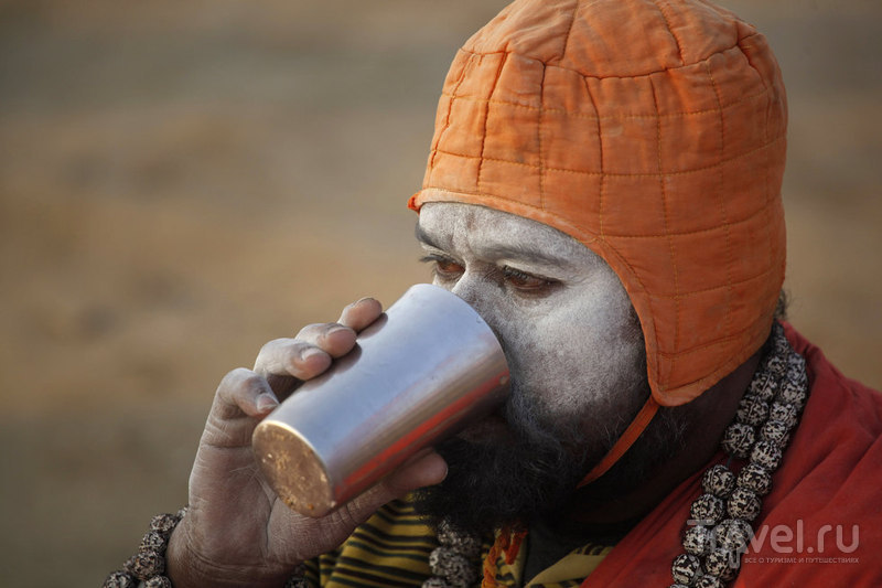 Индуистский святой пьет чай / Индия