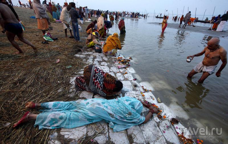 Индийские женщины падают ниц / Индия