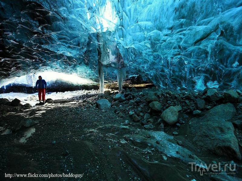 Лед небесных оттенков в ледяной пещере на юго-востоке Исландии / Исландия