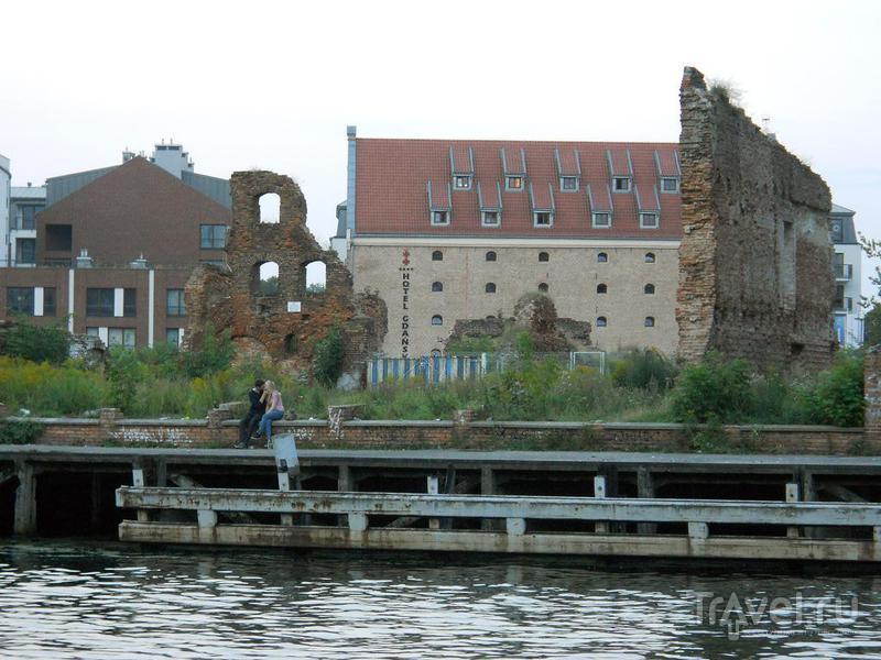 Руины на набережной / Польша