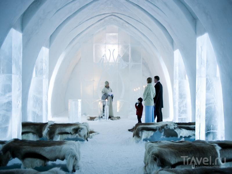 Часовня, построенная изо льда, в шведской деревушке Jukkasjarvi / Швеция