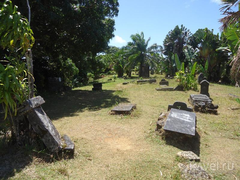 Мадагаскар. Остров Санта-Мария. Пиратское кладбище / Мадагаскар