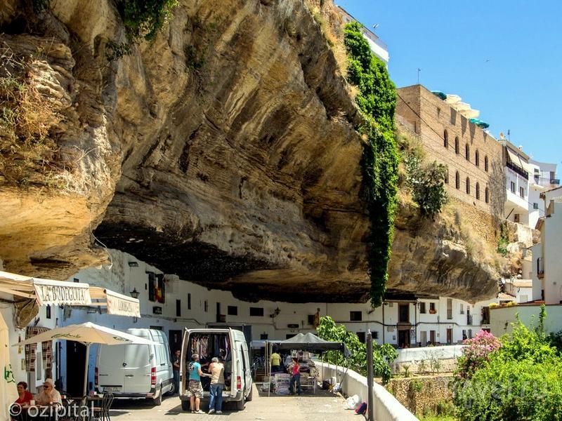 Скалы, нависающие над улицами Сетениль-де-лас-Бодегас, Андалусия / Испания