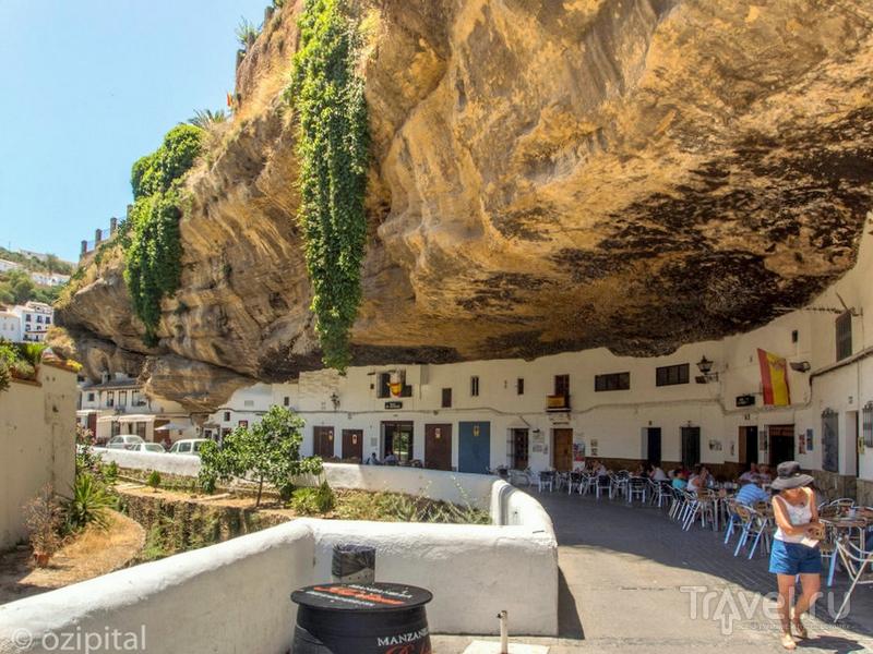 Каменные глыбы защищают Сетениль-де-лас-Бодегас от ветров и зноя / Испания
