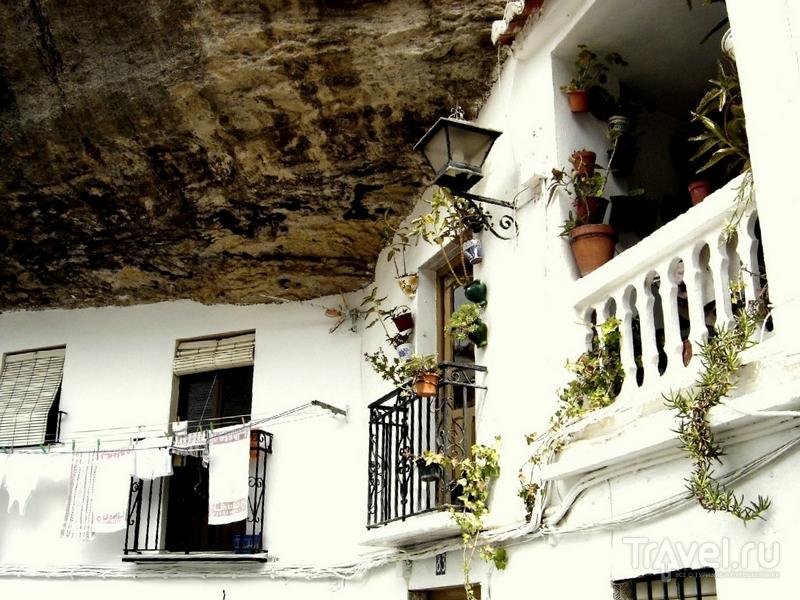 Дома в Сетениль-де-лас-Бодегас будто бы врезаны в скальные образования, Испания / Испания