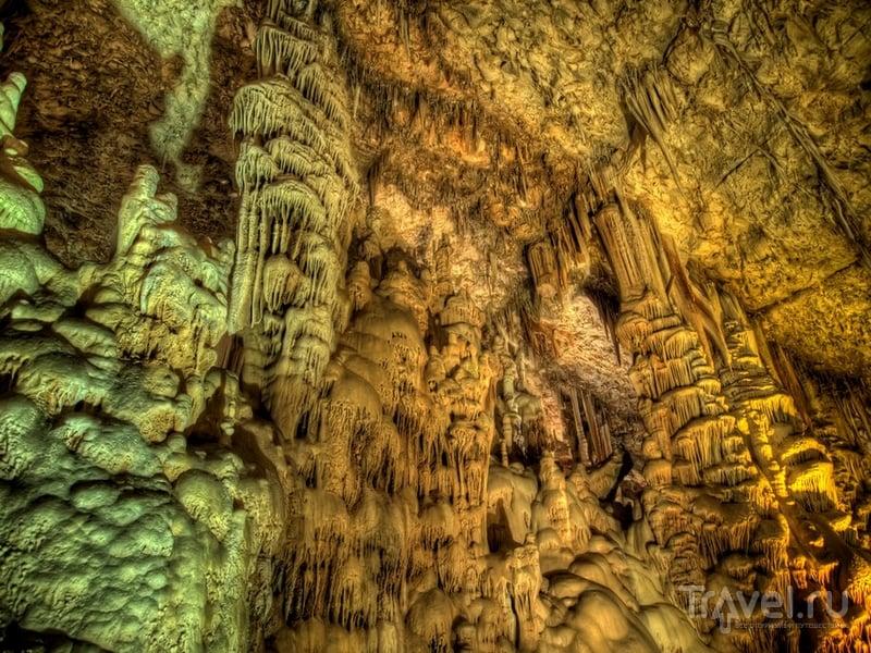 Сталактиты и сталагмиты, сформированные в течение тысяч лет, в пещере Авшалом / Израиль