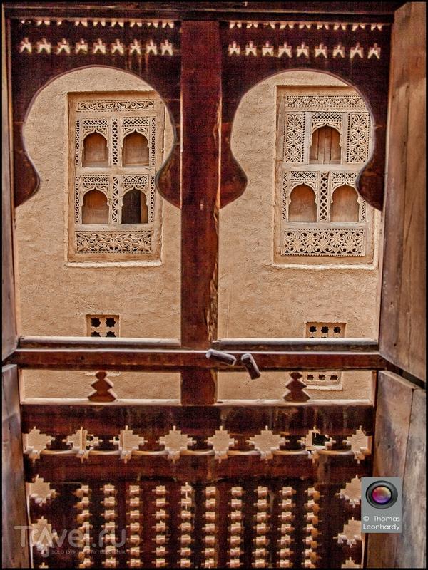 Решетчатые окна в Шибаме украшены резными ставнями, Йемен / Йемен