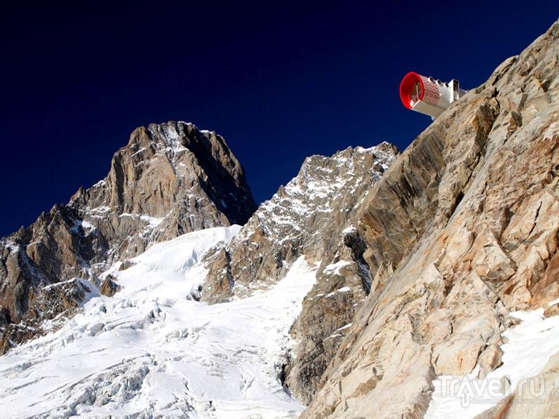 В Bivacco Gervasutti альпинисты могут укрыться от ненастья и дождя, Италия / Италия